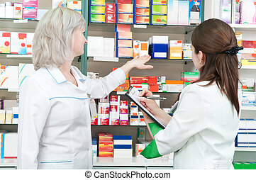 Mujeres farmacéuticas en la farmacia