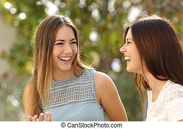 Mujeres felices hablando y riendo