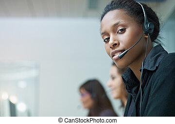 Mujeres trabajando en el centro de llamadas