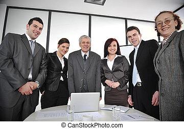 Multi ancianos comerciantes parados alrededor de la mesa en la oficina