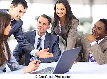 Multi ejecutivos de negocios étnicos en una reunión discutiendo un trabajo