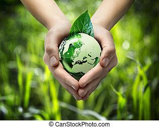 Mundo verde en la mano del corazón