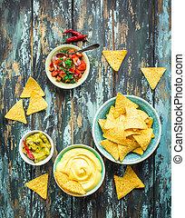 Nachos y salsas variadas