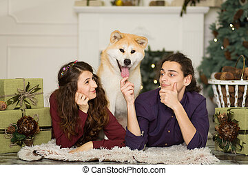 navidad, feliz, inu, adorable, home., abrazar, piso, pareja, joven, akita, perro, vacaciones