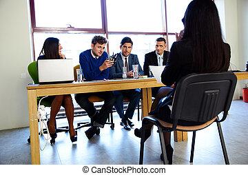 Negocios, carrera y el concepto de oficina... una mujer de negocios en una entrevista de trabajo en la oficina