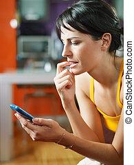 nervioso, valor en cartera de mujer, teléfono celular