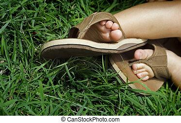 Niña acostada sobre la hierba