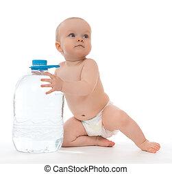 Niña infanta sentada con una gran botella de agua potable
