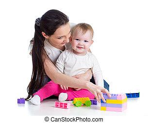 Niña y madre jugando juntos