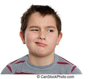 Niño aburrido de diez años mirando a la derecha