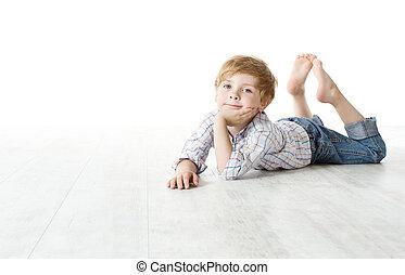 Niño acostado en el suelo