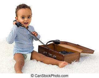 Niño africano al teléfono