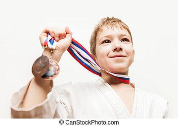 niño, campeón, karate, victoria, niño, sonriente, el gesticular, triunfo