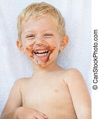 Niño con cara de chocolate sucia