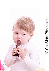 Niño con chocolate