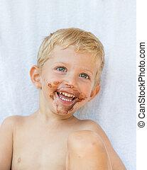 Niño con chocolate en la cara