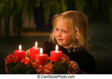 Niño con corona de aventureros en Navidad