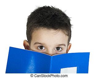 Niño con cuaderno delante de la cara