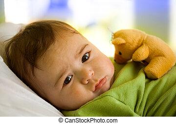Niño con oso de juguete