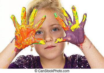 Niño con pinturas de dedos