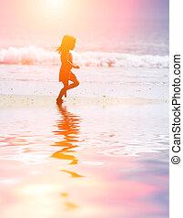 Niño corriendo en la playa