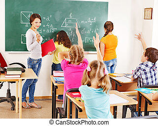Niño de escuela con maestro.