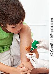 niño, emergencia, pierna, -, tratamiento, desinfectar, herido, receiving