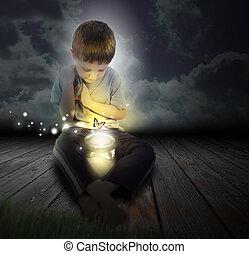 Niño insecto con mariposa brillante en la noche