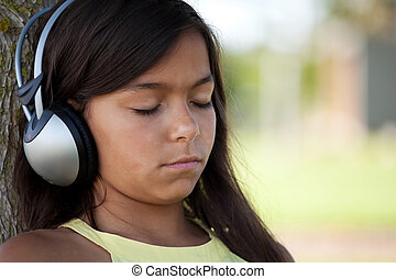 Niño joven escuchando música