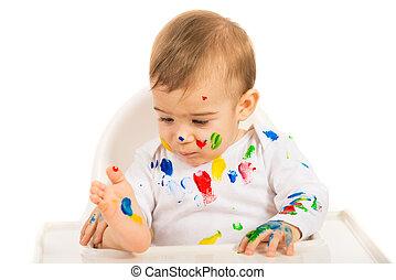 Niño mirando pinturas coloridas
