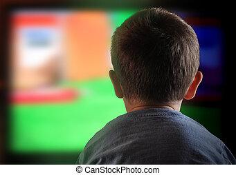 Niño niño mirando televisión en casa