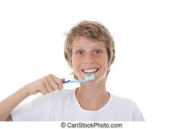 Niño o adolescente limpiando dientes sanos blancos
