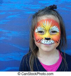 Niño pequeño con cara de león pintando