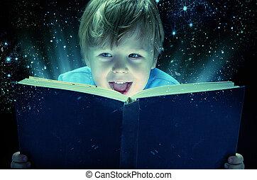 Niño sonriente con el libro de magia