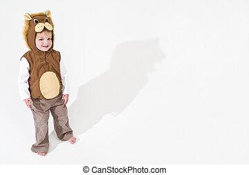 Niño vestido de león