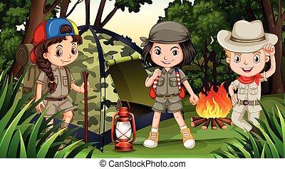 Niños acampando en el bosque profundo
