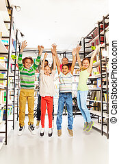 niños, arriba, biblioteca, salto, reír, manos