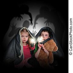 Niños asustados mirando sombras nocturnas
