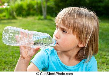 Niños bebiendo agua al aire libre