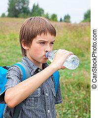 Niños bebiendo agua mientras viajan