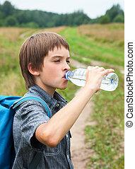 Niños bebiendo oudoors de agua