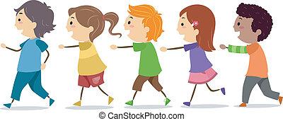 Niños caminando en una línea