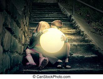 Niños con sol brillante en las escaleras