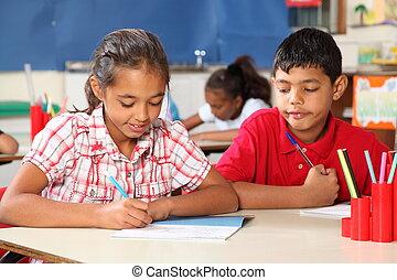 Niños de clase aprendiendo