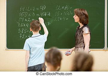 Niños de clase en clase de matemáticas