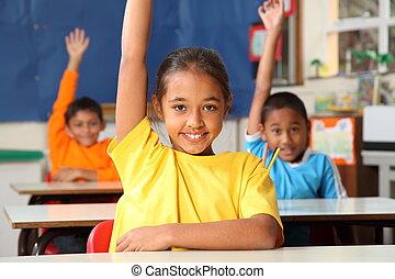 Niños de escuela con las manos levantadas