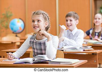 Niños de escuela en clase en clase