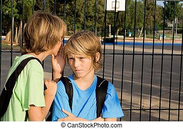 Niños de escuela susurrando problemas