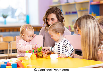 Niños de preescolar en la clase con el maestro