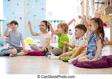 Niños de preescolar en la clase de terapia de habla en el jardín de infantes